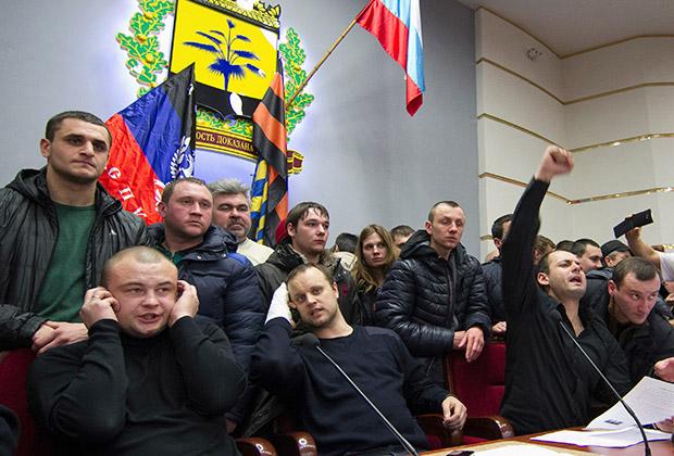 Павел Губарев (в центре) во время захвата областной администрации