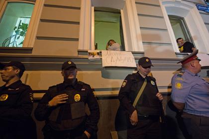 Сотрудники полиции блокируют офис движения «За права человека», 22 июня 2013 года