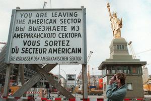КПП «Чарли», ставший символом противостояния Запада и Востока в годы «холодной войны». 13 мая 1996 года