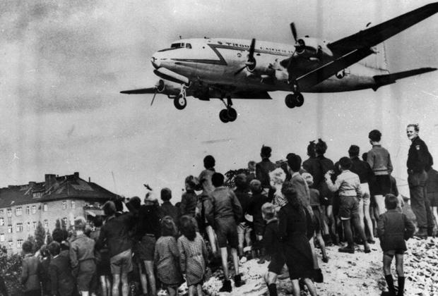 Самолет американских ВВС совершает посадку в аэропорту «Темпельхоф» во время блокады Западного Берлина. 26 июня 1948 года