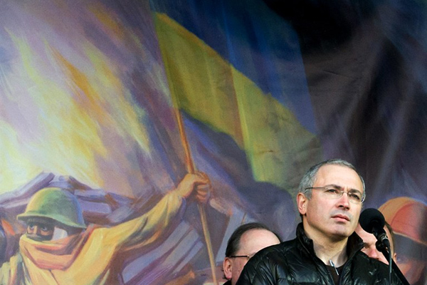 UKRAINE, Kiev : Mikhail Khodorkovsky, the recently freed former head of the Russian oil company Yukos, addresses an anti-war rally in Independence Square in the Ukrainian capital Kiev on March 9, 2014. Khodorkovsky, Russian President Vladimir Putin's top foe who spent a decade behind bars, told thousands on Kiev's main protest square that the Kremlin colluded with Ukraine's ousted regime in violence claiming 100 lives. AFP PHOTO/ VOLODYMYR SHUVAYEV