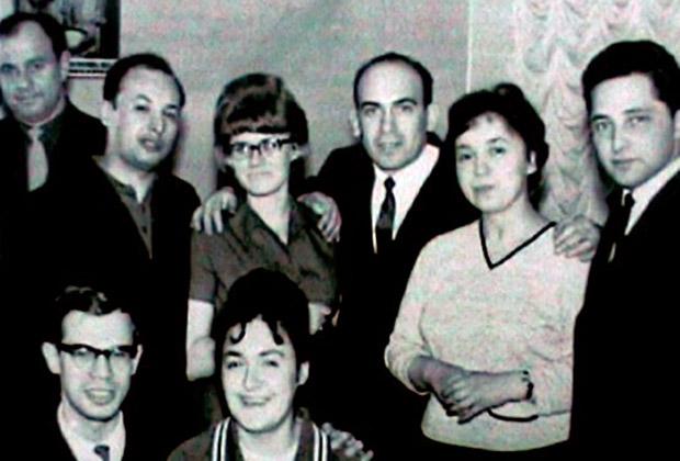 Свадьба Соломона и Лили Дрейзнер. Трое из изображенных на фото вскоре отправятся в тюрьму: Давид Черноглаз (первый справа), Соломон Дрейзнер (в центре), Гилель Бутман (стоит второй слева)