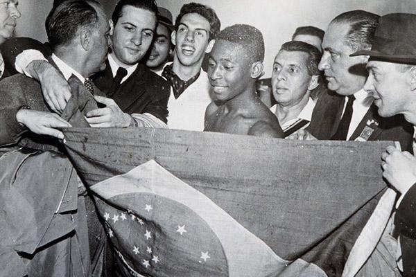 Пеле принимает поздравления после победы в финале чемпионата мира 1958 года