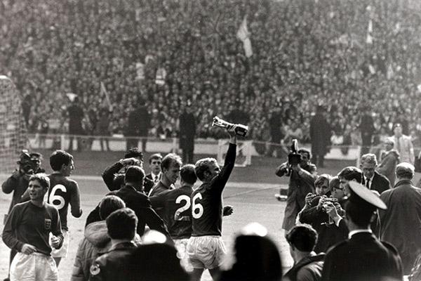 Капитан сборной Англии Бобби Мур с Кубком мира, 1966 год