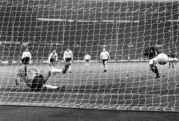 Полуфинал ЧМ-1966 Англия — Португалия. Эйсебио забивает пенальти в ворота Гордона Бэнкса