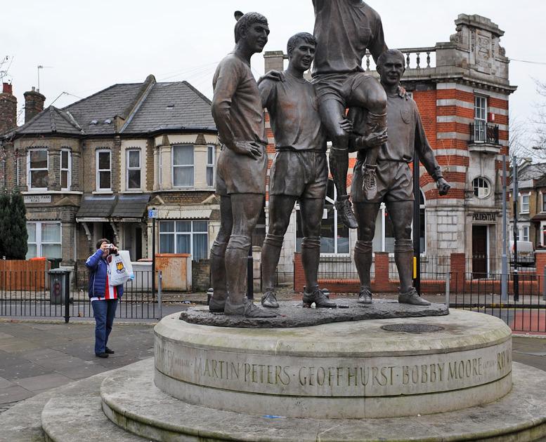 Памятник чемпионам мира 1966 года у стадиона «Аптон Парк»