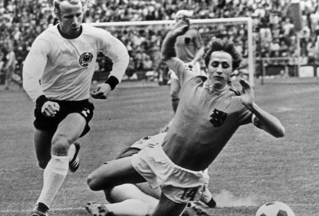 Игрок голландской сборной Йохан Круифф во время игры в финале Кубка мира в Мюнхене.