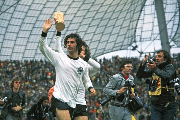 Сборная ФРГ — победители Чемпионата мира 1974 года с кубком. Герд Мюллер, забивший победный гол в финале