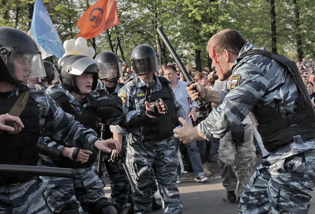 Сотрудники правоохранительных органов во время митинга на Болотной площади, 6 мая 2012 года