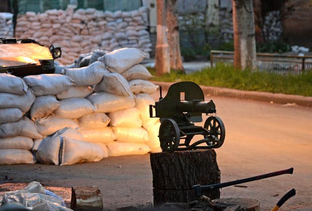 Старый пулемет «Максим» у баррикад Славянска