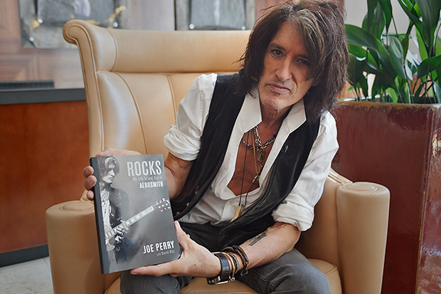 Джо Перри с книгой Rocks: My Life In And Out Of Aerosmith
