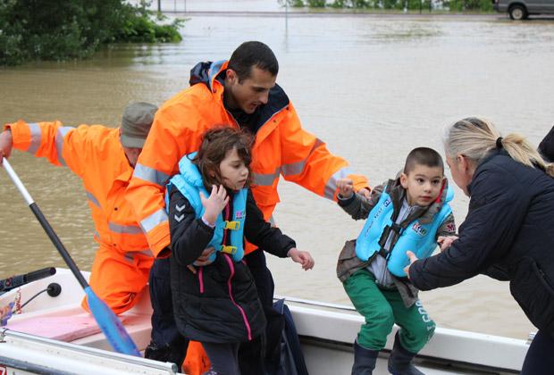 Сотрудники МЧС России оказывают помощь жителям одного из затопленных районов Сербии