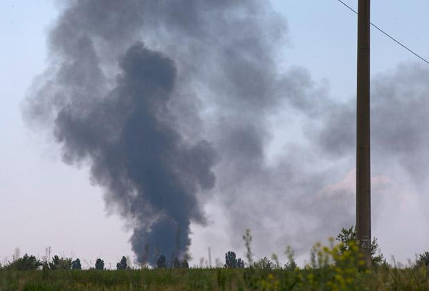 Черный дым от сбитого вертолета под Славянском, 29 мая 2014 года