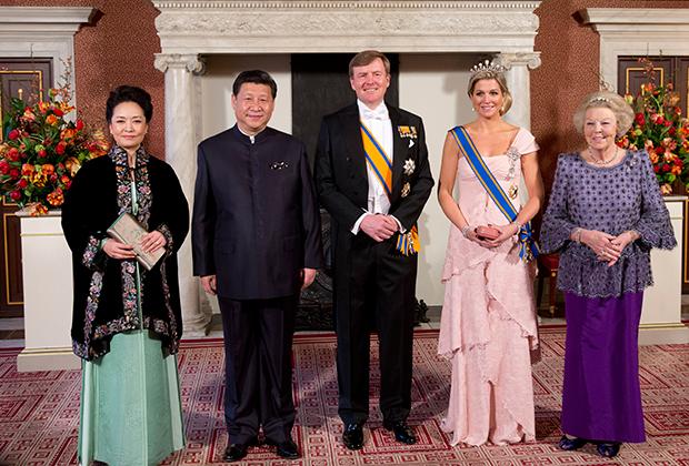 Пэн Лиюань, Си Цзиньпин, голландский король Виллем Александр, королева Максима и принцесса Беатрикс (слева направо) в королевском дворце в Амстердаме, 2014 год