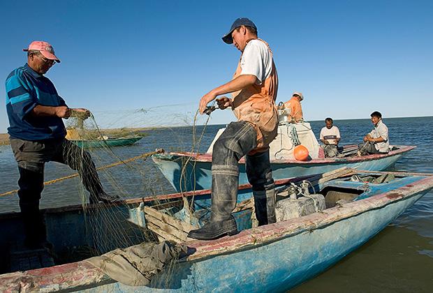 Рыбаки во время лова рыбы в Аральском море