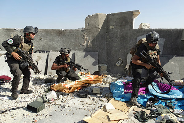 Members of the Iraqi Special Operations Forces take their positions during clashes with the al Qaeda-linked Islamic State of Iraq and the Levant (ISIL) in the city of Ramadi June 19, 2014