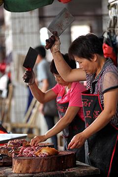 Продавцы собачьего мяса на рынке в Юйлине