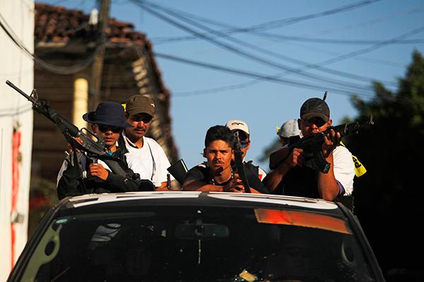 Антинаркотические ополченцы патрулируют улицы Паракуаро, Мексика
