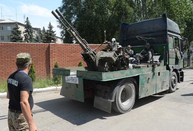 Военная техника ополченцев, прорвавшихся из оказавшегося в окружении украинских силовиков Славянска, на одной из улиц Донецка, 5 июля 2014 года