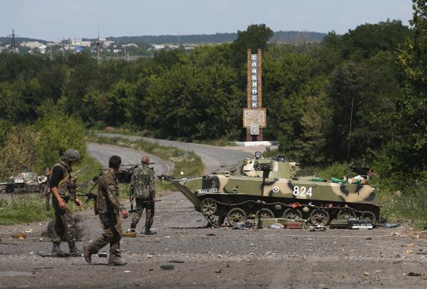Украинские солдаты у въезда в Славянск, 5 июля 2014 года