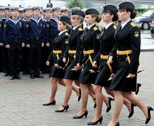 Выпускницы во время 73-го выпуска мичманов и офицеров Тихоокеанского высшего военно-морского училища имени адмирала С.О. Макарова