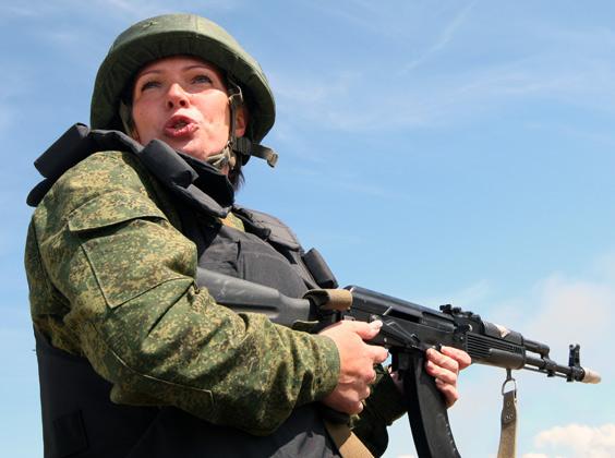 Военнослужащая во время учений Балтийского флота по программе «Курс интенсивной общевойсковой подготовки» на полигоне БФ «Хмелевка»