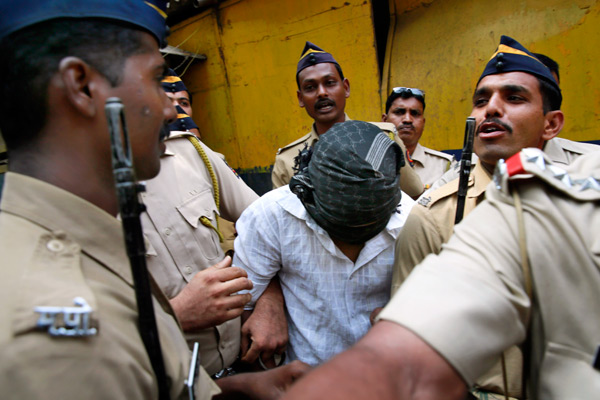 Полицейские сопровождают одного из четырех осужденных за групповое изнасилование, Мумбаи, Индия