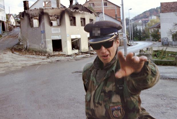 Хорватский ополченец в фуражке времен Третьего рейха. Октябрь 1992 года.