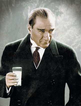 Кемаль Ататюрк со стаканом ракы