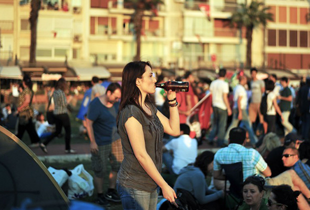 Участница антиправительственных акций в Измире