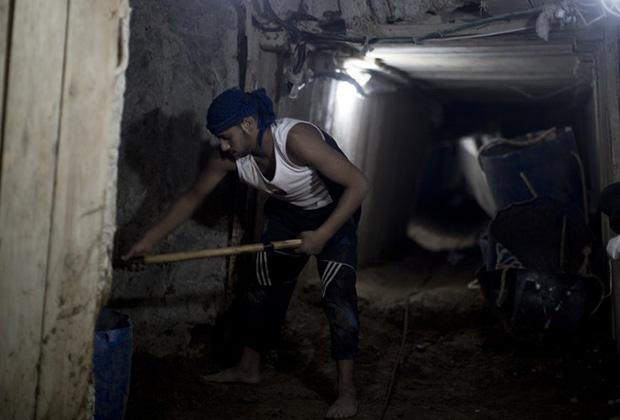 Палестинец работает в тоннеле. 11 сентября 2013 года