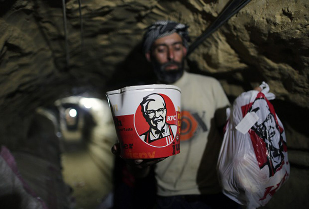 Контрабандист несет еду из KFC, 13 мая 2013 года