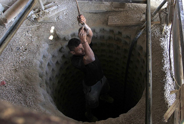 Палестинец спускается в тоннель, который ведет в Египет. 27 августа 2013 года