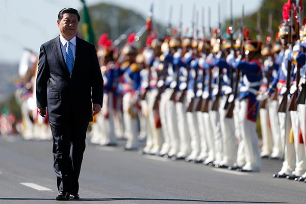Си Цзиньпин перед почетным караулом в Бразилии