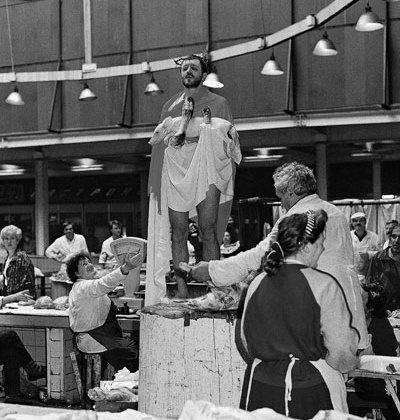 Олег Кулик, акция «Новая проповедь».  Москва, Даниловский рынок, 1994