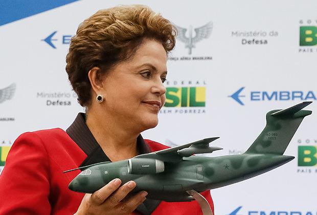 Президент Бразилии Дилма Русеф с макетом самолета KC-390
