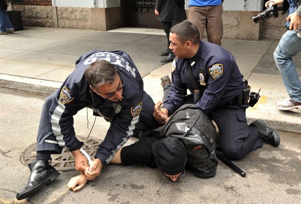 Нью-йоркские полицейские задерживают участника акции «Захвати Уолл-стрит»