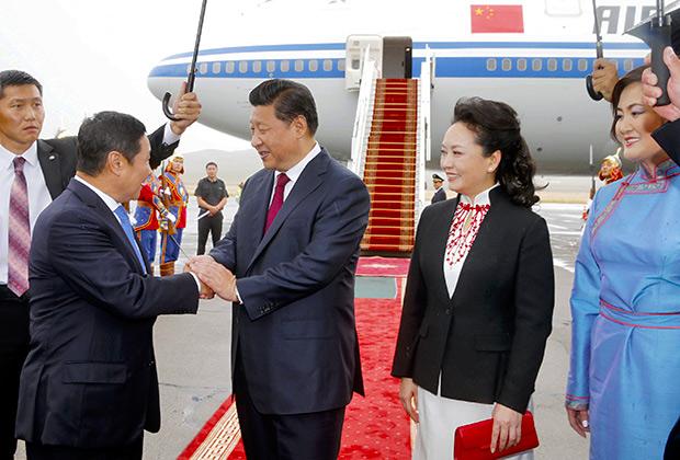 Премьер-министр Монголии Норовын Алтанхуяг приветствует Си Цзиньпин с его супругой,  Монголия, 21 августа 2014 года
