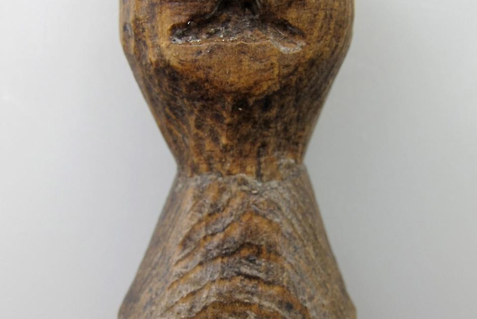 Деревянный эскимосский идол (стоянка Нуналлек на Аляске), использовавшийся при отправлении религиозных ритуалов. Изготовлен в 1500-1600-х годах нашей эры