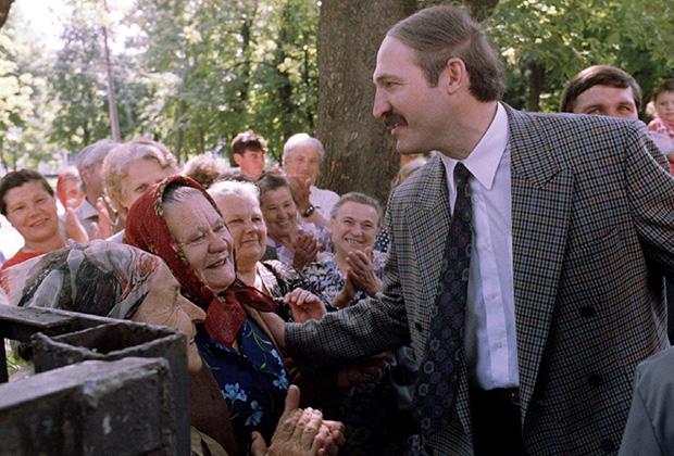 Александр Лукашенко в Шклове перед избирательным участком, 10 июля 1994 года