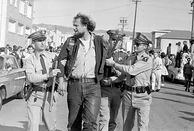 """Член """"Ангелов ада"""", задержанный за участие в беспорядках на антивоенном марше в Беркли. 16 октября, 1965"""