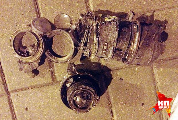 Обгоревшие фотообъективы, найденные рядом с автомобилем «Рено Логан», в котором передвигались Андрей Стенин и его спутники