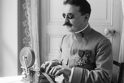 World War One, Lieutenant Muller (blind) typing on his 'sténoglyphe' created for blind soldiers, France, 1916.