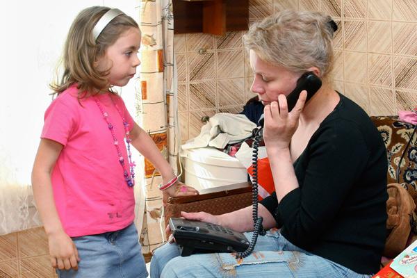 Наталья Зарубина с дочерью Александрой в своем доме в поселке Пречистое, 2009 год