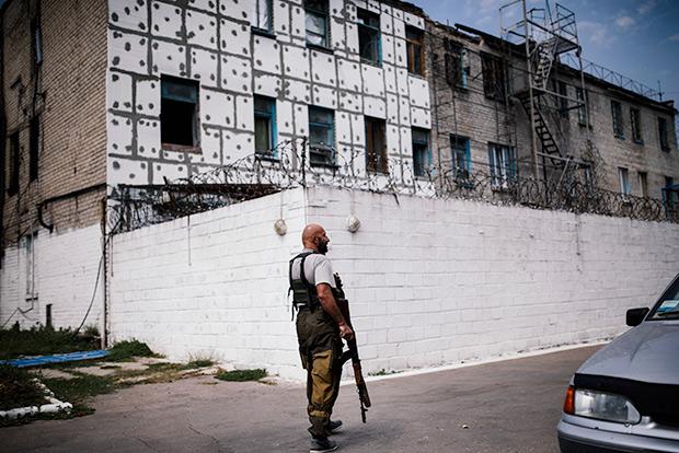 Патрулирование во дворе колонии строгого режима в Донецке, 2014 год