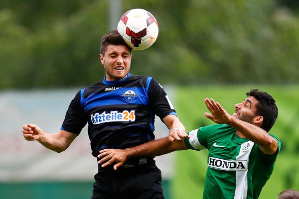 Игрок футбольного клуба «Падерборн» Мориц Штоппелькамп (слева)