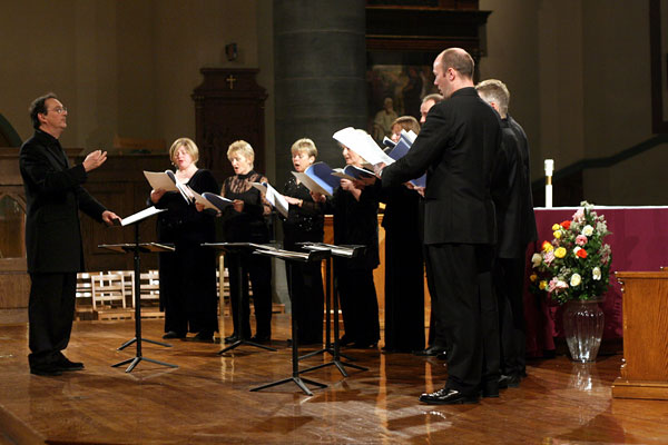 Peter Phillips leading the Tallis Scholars in a program 'Thomas Tallis: 500th Birthday Celebration' at the Church of St. Paul Apostle on Saturday night, December 10, 2005.In addition to the music of Tallis, they also sang the music of Taverner and Byrd. (Photo by Hiroyuki Ito/Getty Images)