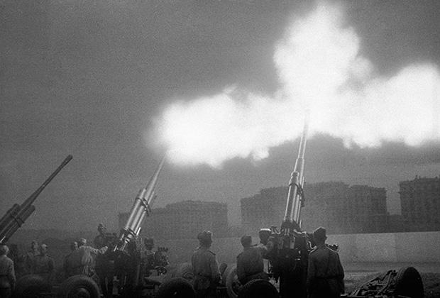 Артиллерийские расчеты салютуют воинам Советской Армии, освободившим город Киев, 1943 год
