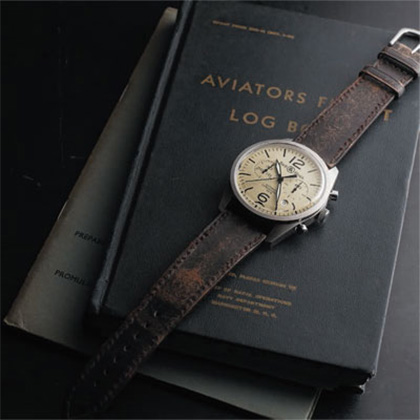 Бразильский авиатор Альберто Сантуш-Дюмонт, заказал часы у своего друга Луи Картье. Они были ему нужны, чтобы точно рассчитать время полета и не разбиться из-за нехватки топлива.