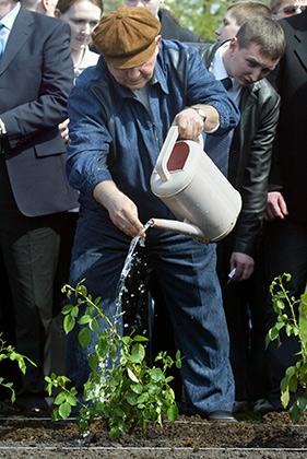 Юрий Лужков на субботнике 30 апреля 2005 года
